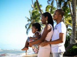 [Família de Ruan em fotos na Praia do Forte]