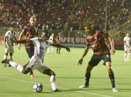 [Com arbitragem polêmica, Vitória e Flamengo ficam no empate]