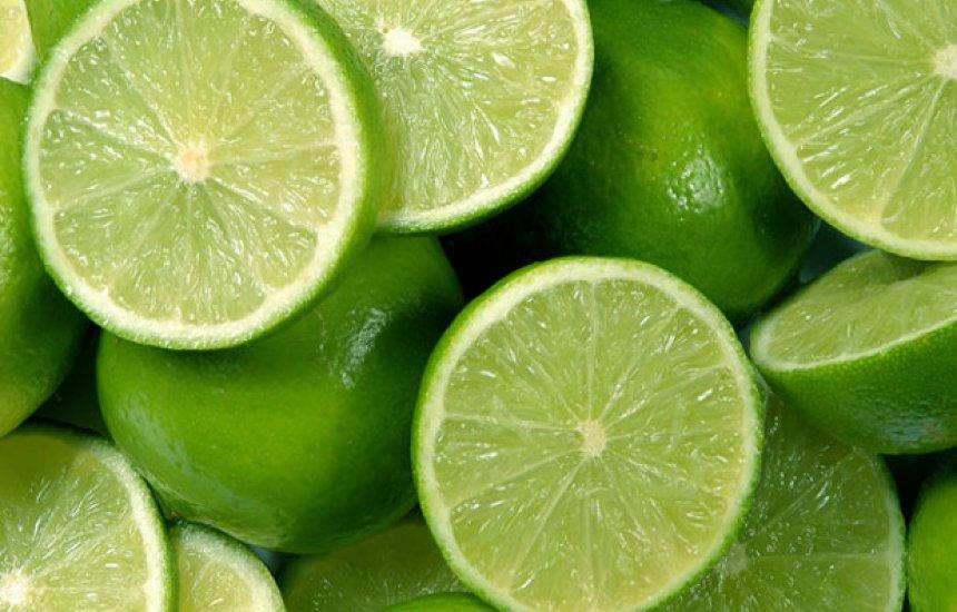 [Veja cinco motivos para tomar água com limão em jejum]