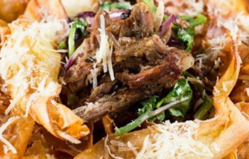 Que tal inovar no jantar? Aprenda a fazer costela desfiada com chips de aipim