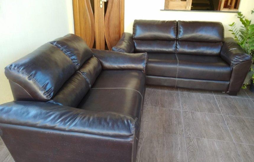 [Vende-se conjunto de sofá em couro 02 e 03 lugares]