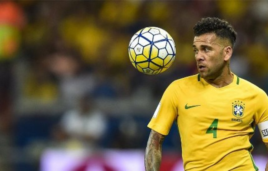 [Daniel Alves sofre lesão e é cortado de jogos da seleção brasileira]