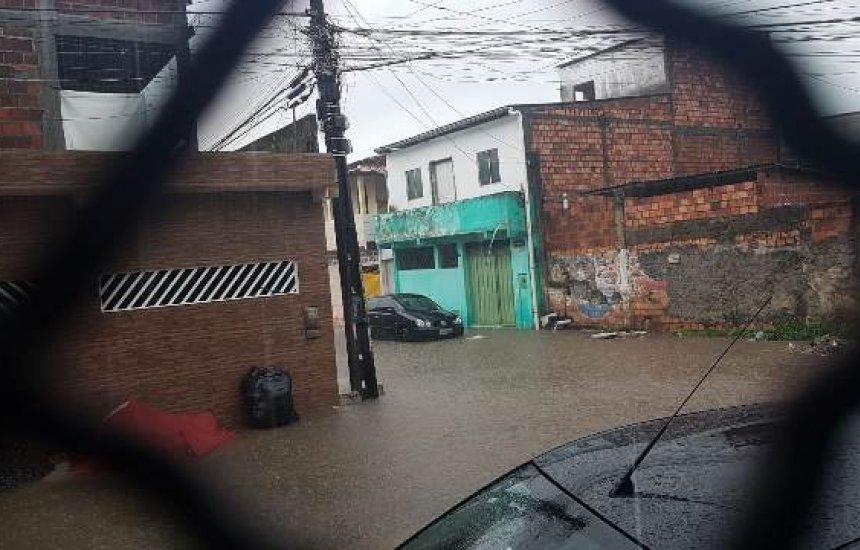 Moradores de Camaçari relatam transtornos causados pela chuva
