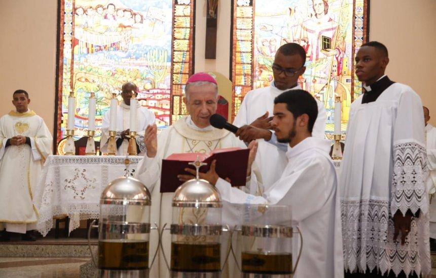 [Missa da unidade reúne sacerdotes, religiosos e leigos na Catedral São Thomaz]