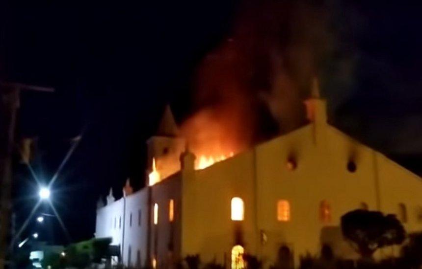 [Incêndio destrói igreja de Monte Santo; imagem de Jesus Cristo fica intacta]