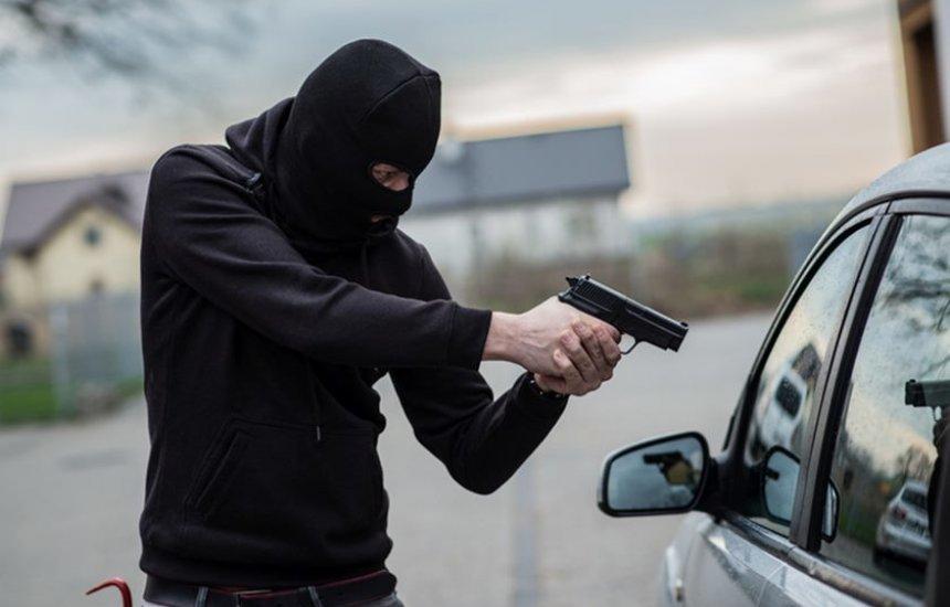 [Bandidos tomam de assalto veículo em Camaçari]