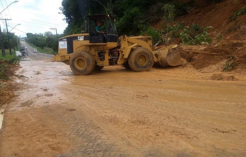 Deslizamento de terra bloqueia trecho da BA-526 na saída de Salvador para Simões