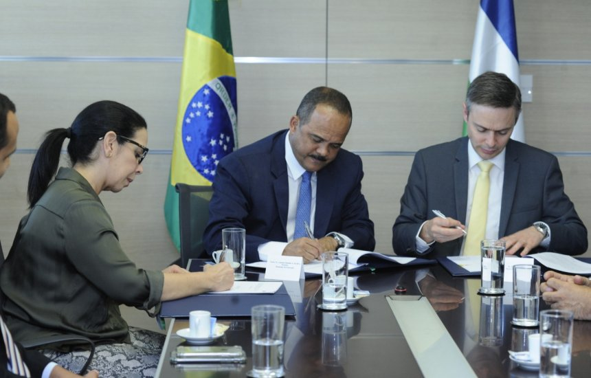 [Elinaldo assina contrato de empréstimo de R$ 300 milhões com a CAF]