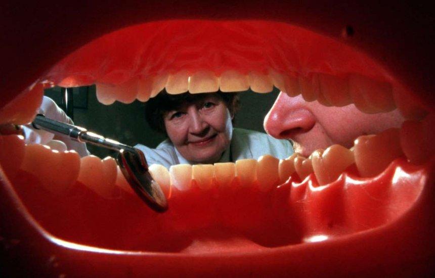 [O que causa mau hálito geralmente está na boca e não no estômago: veja 4 motivos]