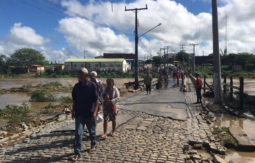 [Mais de duas mil pessoas estão desalojadas em cidade baiana após rompimento]