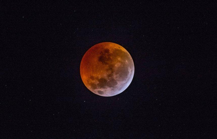 [Eclipse lunar parcial será visto em todo o Brasil nesta terça-feira]