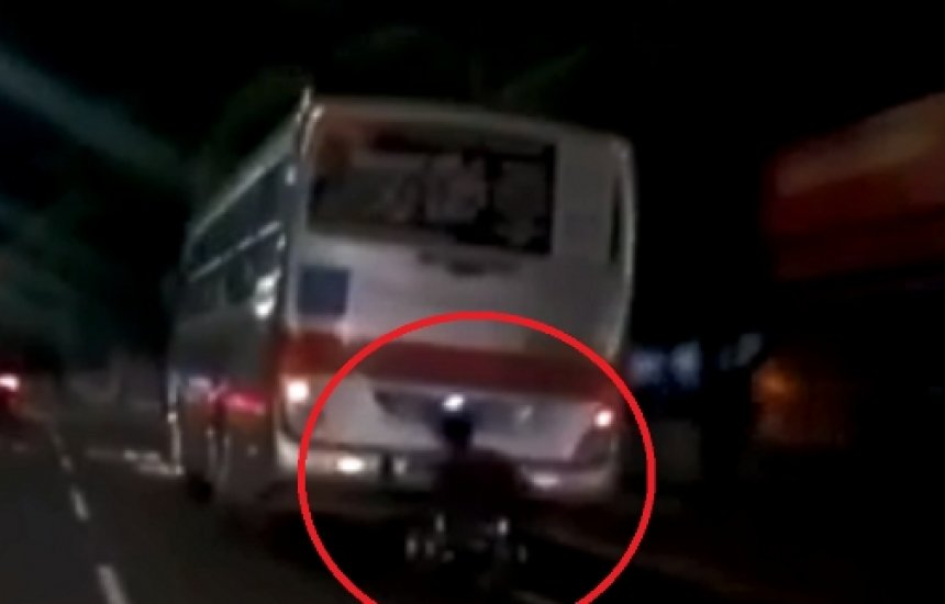 """[Cadeirante cai em avenida após """"pegar ponga"""" em traseira de ônibus; assista]"""