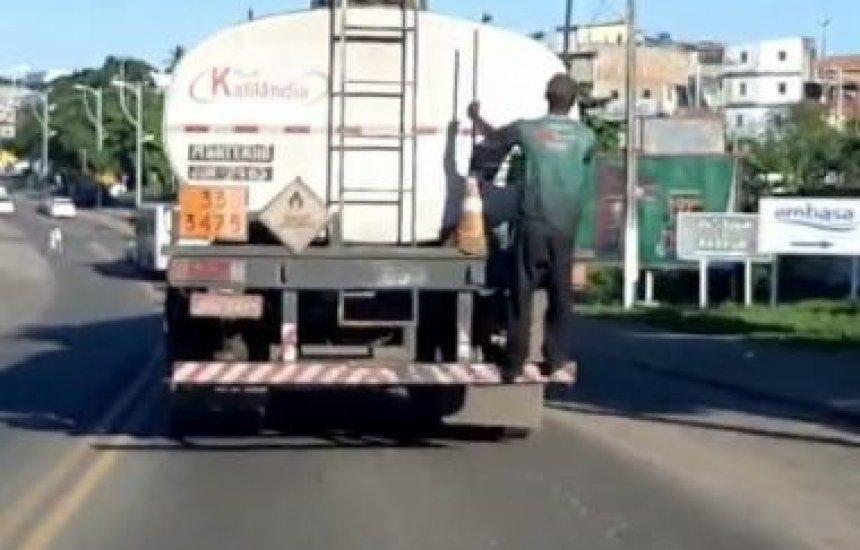 [Vídeo mostra homem 'pongando' em caminhão para furtar combustível]