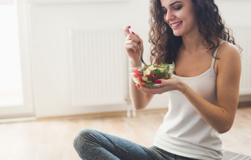 [Conheça os alimentos que ajudam a aliviar as cólicas do período menstrual]