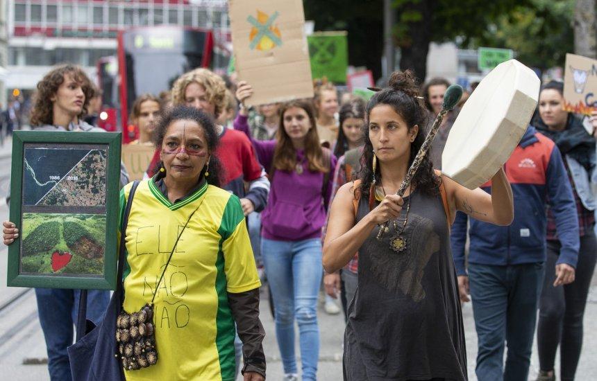[Manifestantes protestam em defesa da Amazônia em embaixadas brasileiras]