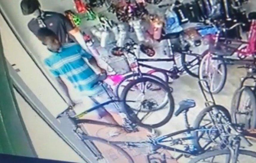 [Vídeo: Homem furta bicicleta dentro de loja em Dias D'Ávila]