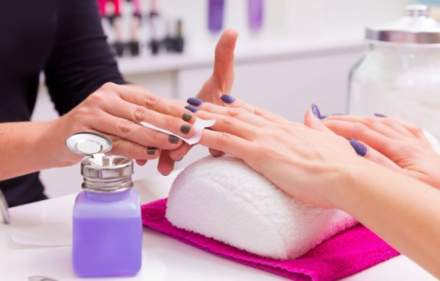 [Acetona enfraquece unha e causa quebra: manicure ensina a escolher removedor certo]