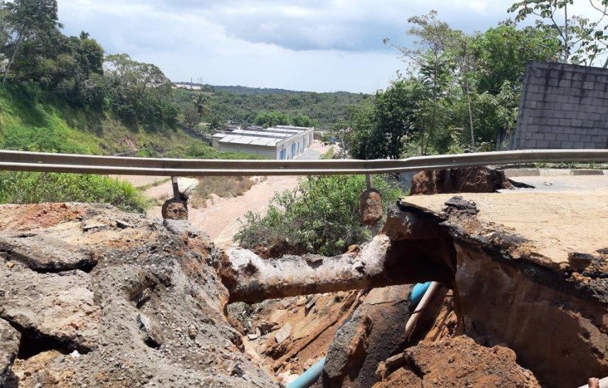 Rompimento de adutora da Embasa forma cratera gigante em Lauro de Freitas