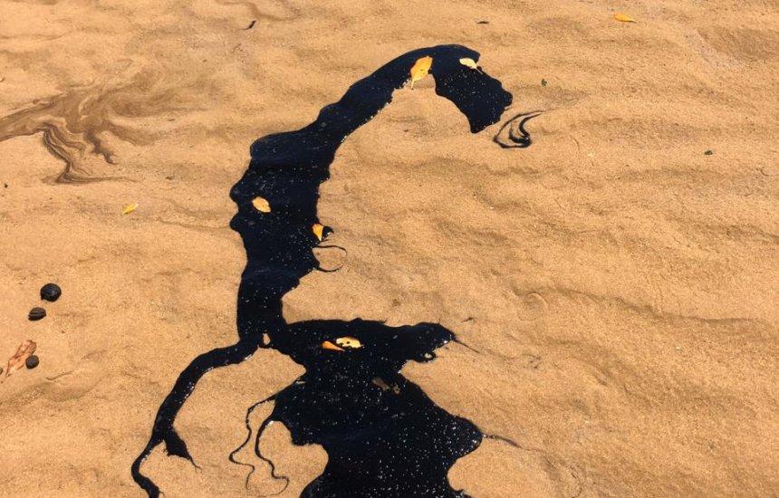 [Novas manchas de óleo aparecem nas praias de Lauro de Freitas]