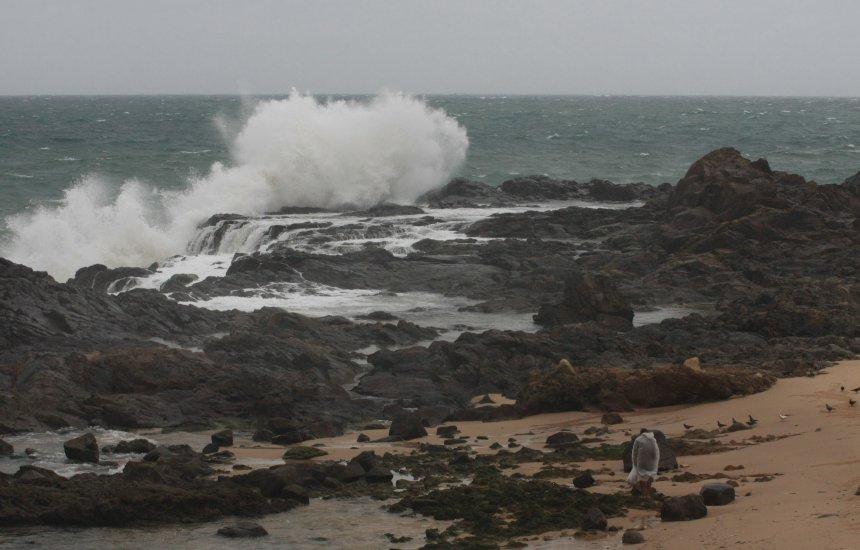 [Marinha emite alerta de ressaca com previsão de ondas de até 5 metros]