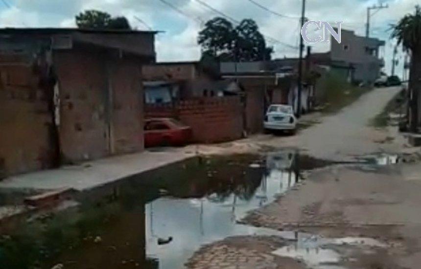 [Morador de Dias d'Ávila denuncia vazamento de esgoto]