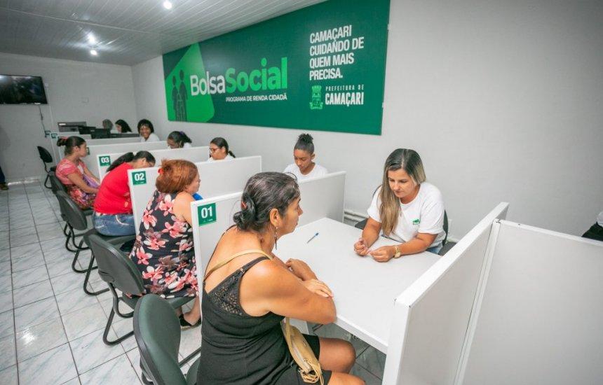 [Beneficiários de Camaçari recebem cartões do Programa Bolsa Social]