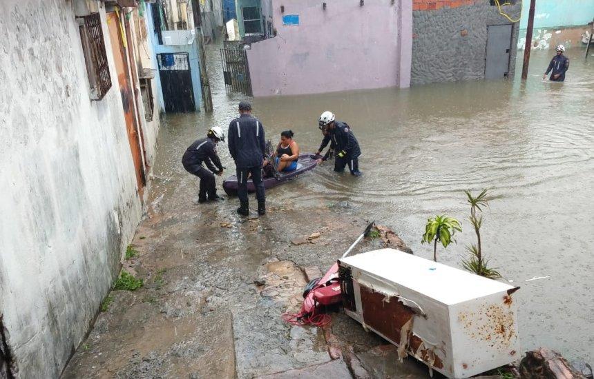 [Moradores de área alagada são resgatados em bote por bombeiros]
