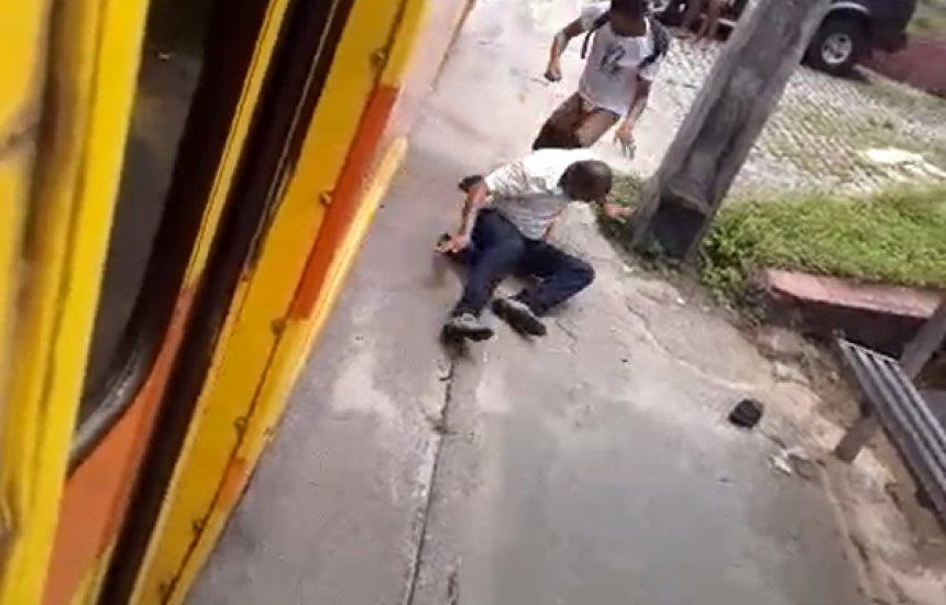 [Cobrador de ônibus é agredido após reclamar com passageiro que pulou catraca]