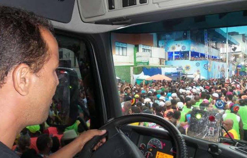 [Detran oferece educação para o trânsito aos condutores de trios elétricos]