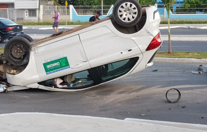 [Motorista perde o controle do carro, derruba semáforo e capota na Jorge Amado]