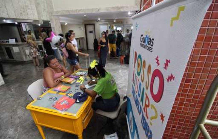 [Guias e monitores orientam turistas em hotéis de Salvador durante o Carnaval]