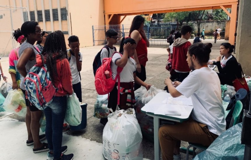 Programa de vantagens criado por startup brasileira troca cursos e serviços de saúde por material reciclável