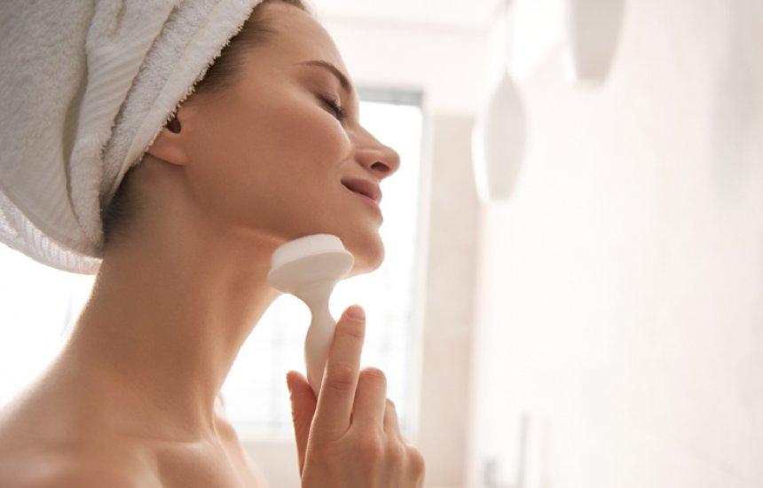 [Escova de limpeza facial: saiba tudo para um skincare impecável]
