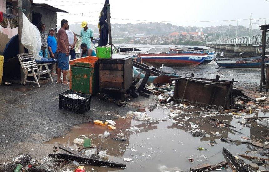 [Chuva e maré alta causam estragos no Porto das Sardinhas]