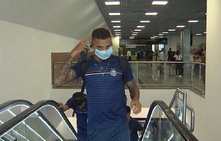 [Atletas do Bahia viajam usando máscaras em medida contra o coronavírus]