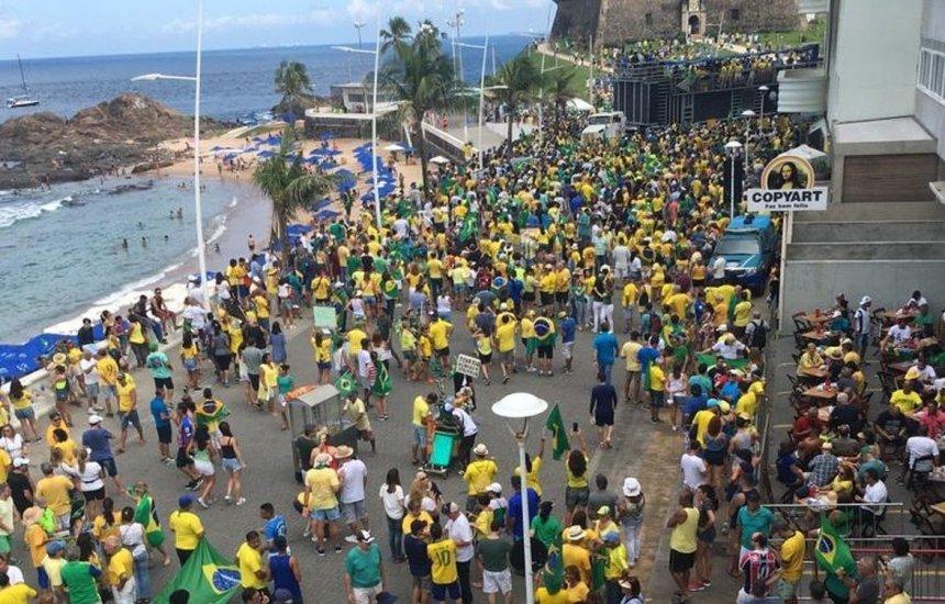 [Manifestantes ignoram coronavírus e fazem ato pró-governo no Farol da Barra]