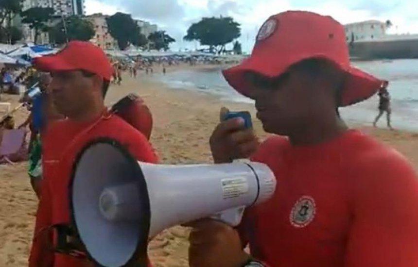 [Bombeiros monitoram fluxo de banhistas nas praias de Salvador]