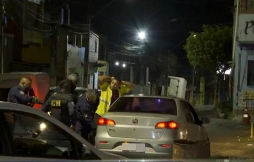 [Homem é detido e levado para delegacia na 1ª noite de 'toque de recolher' em Simões Filho]