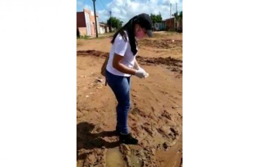 [Vídeo de agente de endemias aplicando larvicida em foco de mosquitos não é em Camaçari]