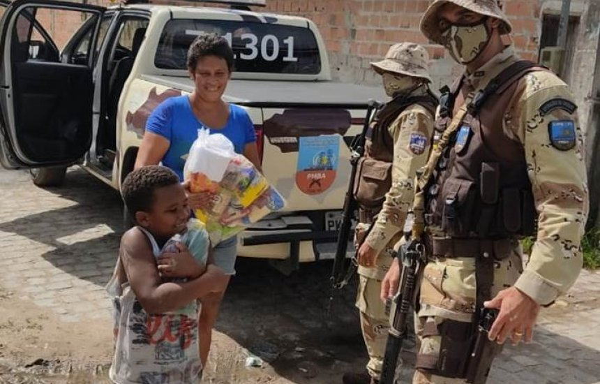 [Policiais da CIPE-POLO entregam doações a famílias carentes de Camaçari, Dias d'Ávila e Simões Filho]