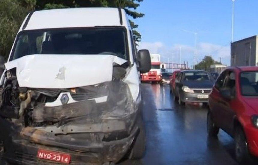 [Batida entre carro e van que transportava funcionárias de Camaçari deixa uma pessoa ferida na BR-324]