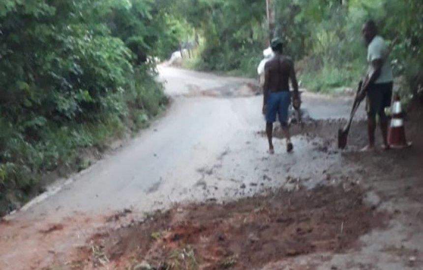 Moradores se reúnem para tapar buracos em pista de Coqueiro de Arembepe