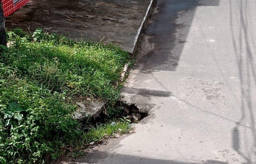 Leitor pede solução para buraco em rua do Centro de Camaçari