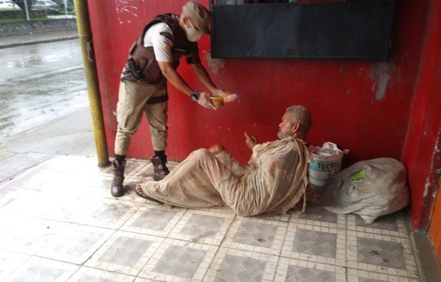 Policiais militares distribuem sopa para pessoas carentes em Simões Filho