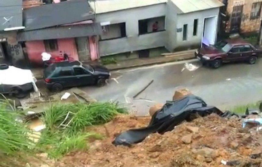 [Barranco desliza em dia de chuva forte na cidade de Simões Filho]