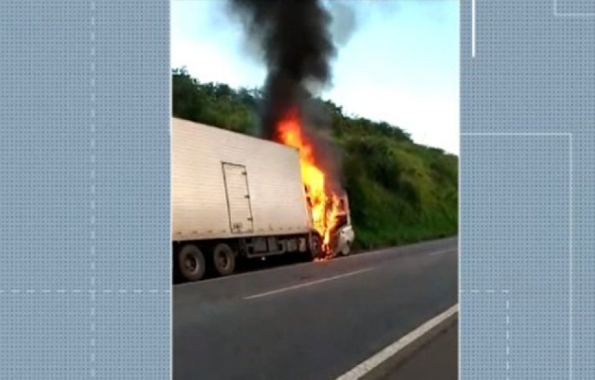 [Três pessoas da mesma família morrem após batida entre carro e caminhão na BR-101]
