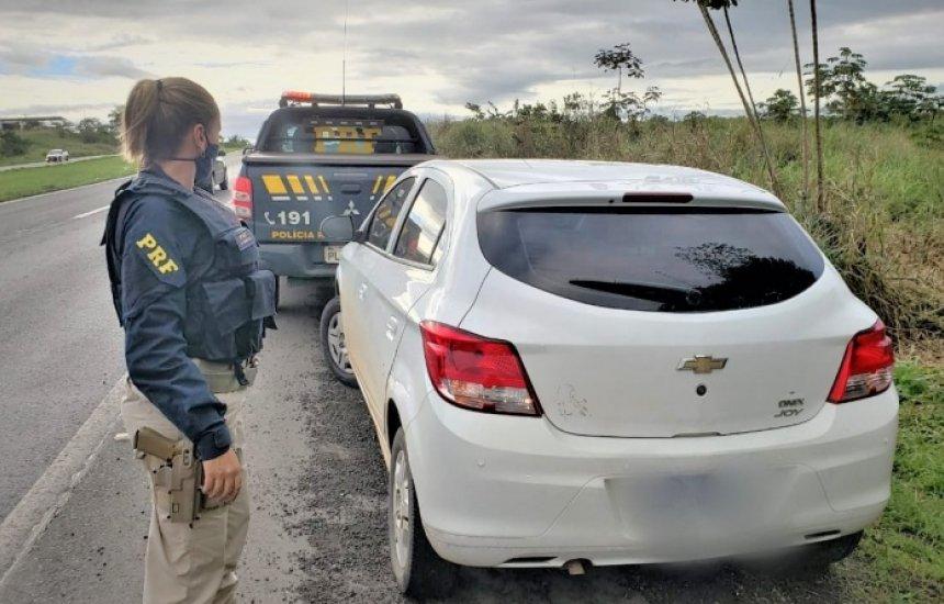 [Receptador de carro roubado tenta enganar a PRF com nome falso e acaba preso em Candeias]