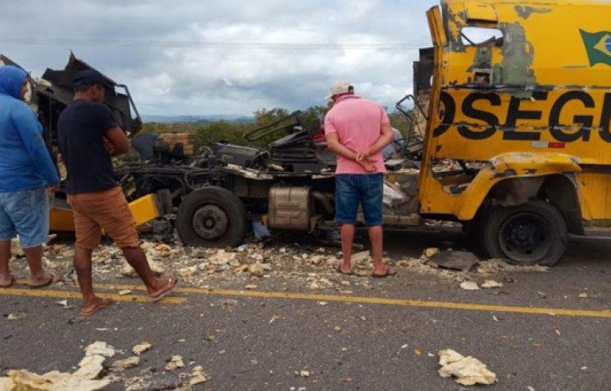 [Bahia: Carro-forte fica destruído após explosão em tentativa de assalto]