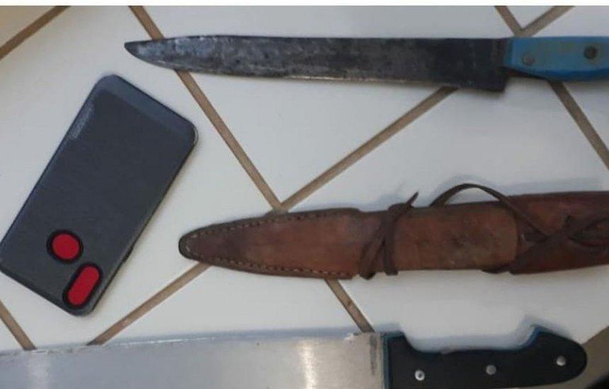 [Homem é preso por ameaçar esposa de morte; facão e celular são apreendidos]