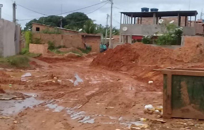 Obra inacabada deixa rua de Monte Gordo tomada de lama